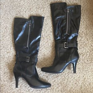 Black boots with zipper